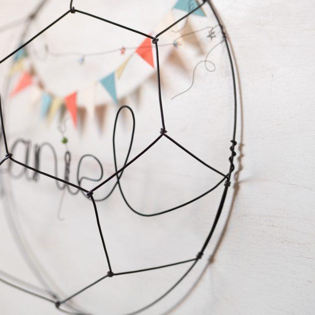 Balón de fútbol hecho con alambre y con nombre o palabra