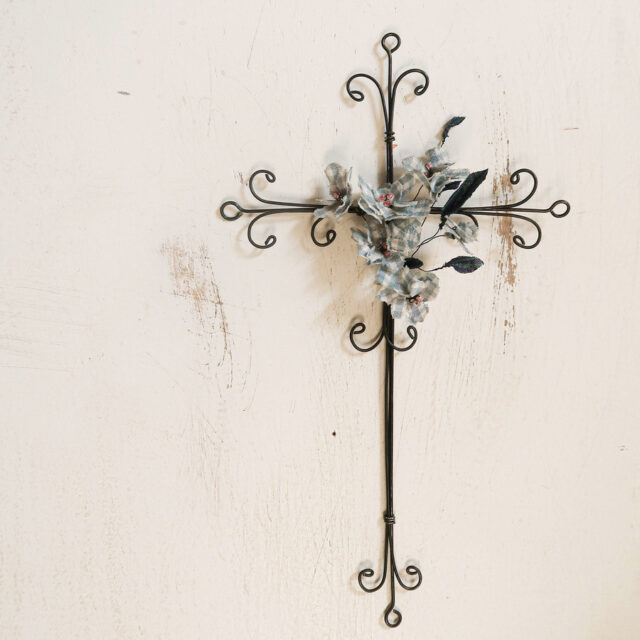 Cruz de alambre de hierro realizada por Teresa Abaitua